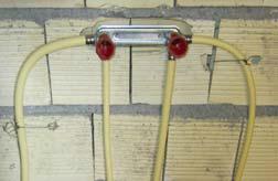 استفاده نادرست از درپوش قرمز برای خروجی آب سرد