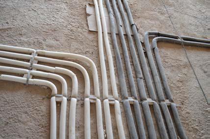 رعایت فاصله مناسب در بین لوله ها، خم صحیح و استفاده ازعایق حرارتی (الاستومری) و فوم جاذب ضربه